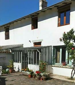Chambre dans une maison avec jardin - Huis