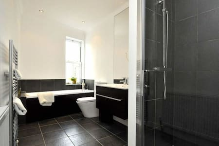 Bright Spacious Double Room in gorgeous Tettenhall - Wolverhampton - House