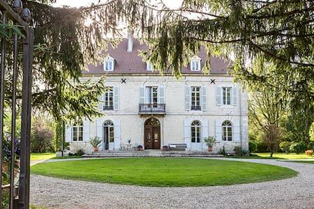 Château d'Ounans: un bijou de famille! - Casa