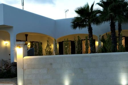 Room type: Private room Property type: Bed & Breakfast Accommodates: 12 Bedrooms: 1 Bathrooms: 3
