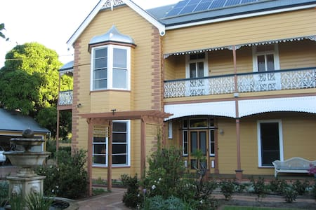 Historic home in heart of town - Daire