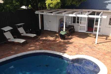 Poolside cottage in the city - Auckland