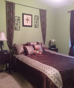 Private queen bed & private BR - Glendale - Σπίτι