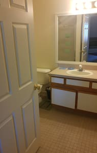Private Bed&Bath with TV - Auburn Hills - Apartment