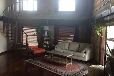 Unique Downtown Loft! 2-Story studio with balcony - Houston - Loft