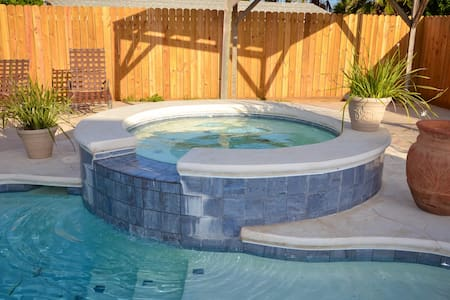 Old Town Oasis with Private Pool and Hot Tub - Port Aransas - Haus