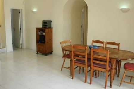 Large (10x5m) clean furnished room - Hus