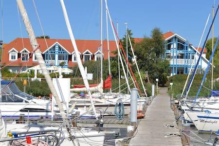 Strandnest am Yachthafen - Pis