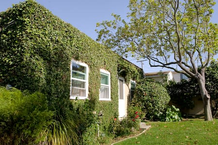 Vine-covered apt - LA walk to beach - El Segundo - 獨棟