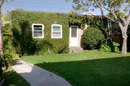 Vine-covered apt - LA walk to beach - Haus