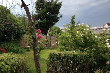 Ferienwohnung in idyllischem Garten - Apartment