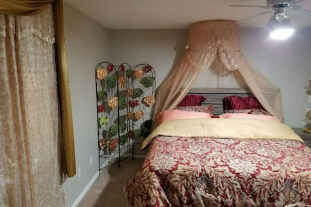 Entire Lower Level 784 sq feet. Private Entry/Exit - Coralville - Outros