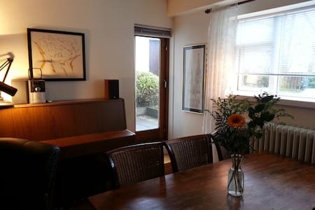 A perfect spot for those who like to be centrally located yet in a quiet residential area. Only 15 min. walk to the center, and to BSÍ bus terminal. The Pearl, Hallgrimskirkja Church and Kringlan (shopping) just a few min. walk + hot tubs. Good host!
