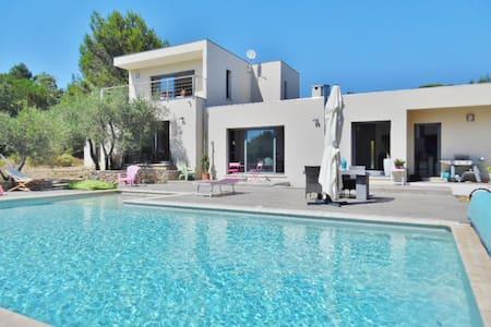 Villa contemporaine en garrigue - Nîmes