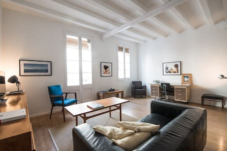 Cosy loft in central Barcelona, within walking distance to the beach and tourist areas.  It has been totally refurbished, with a vintage touch. His authentic and charming  atmosphere will make you feel like home. You will love it!!!