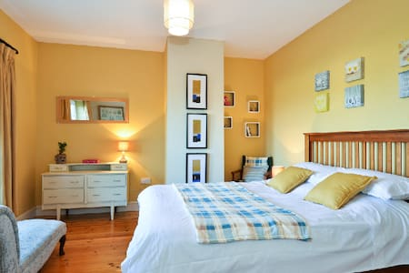 This bright roomy bedroom has been recently decorated with its own private shower and toilet. It is close to all amenities of this beautiful lively city of Galway. 20 min walk to Salthill promenade & beach and 20 min walk to the city centre.