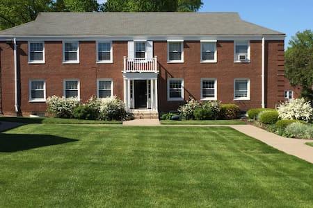 Chic West Hartford Center Apartment - West Hartford - Apartment
