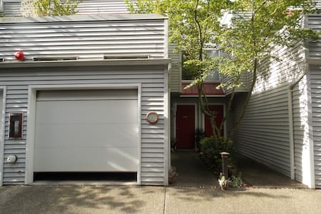 Comfy Master Bedroom w/own BA in downtown Kirkland - Kirkland - Townhouse