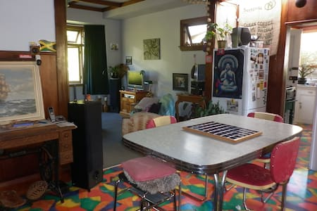 Funky Bungalow Close to town. - Talo