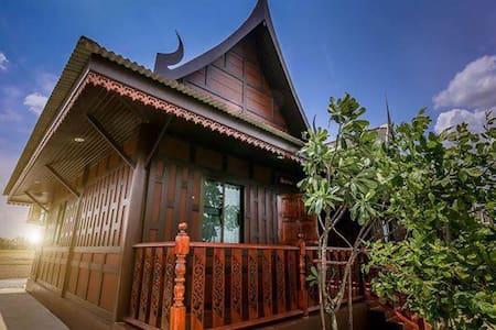 RuenThaiHome Resort / เรือนไทยโฮม รีสอร์ท - Bed & Breakfast