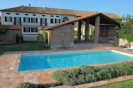 Fantastic farmhouse with pool - Incisa Scapaccino - Hus