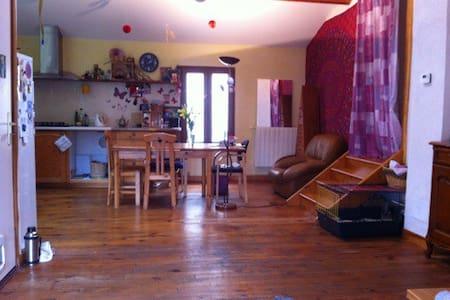 Chambre dans habitat écologique au coeur de Couiza - Couiza - Apartament