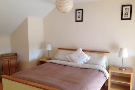 Spacious Bedroom close to Town Centre with Parking - Tuam - House