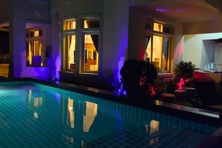 4 BED PRIVATE LUXURY POOL VILLA CENTRAL WESTGATE - Villa