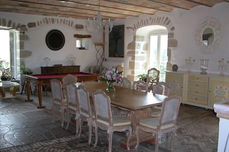 Chambres d'Hôtes de La Meriseraie - Olliergues - Bed & Breakfast