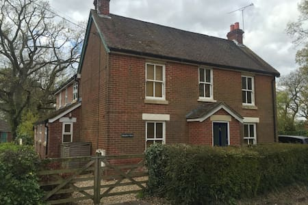 4/5 bedroom home in Hampshire - Casa