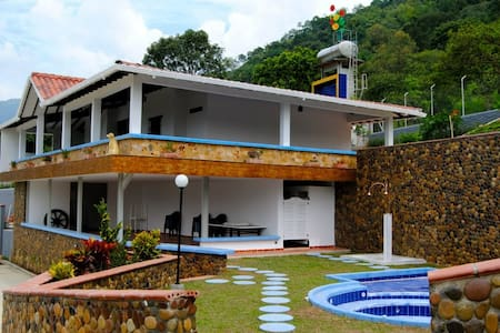 great villa + jacuzzi near medellin - Villa