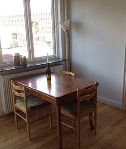 Lovely room with balcony in Østerbro for max 2 - København - Apartment