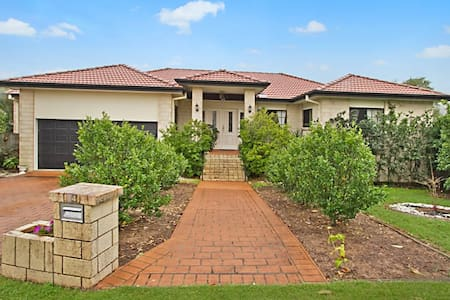 A very nice suburb in East of Brisbane called Carindale is where we live. A veranda with city view, closed by park, 25 minutes to Brisbane city and 10 minutes to Carindale Westfield Shopping Centre.Less than an our to Gold Coast beaches.