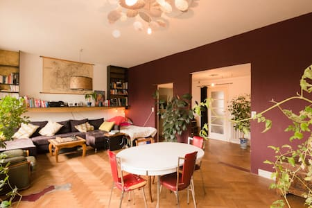 Bright, cosy and quiet room. Clear view of ponds. - Ixelles - Lejlighed