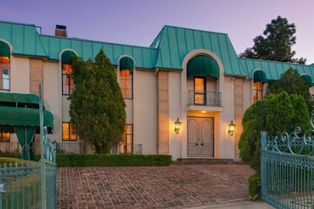 INDULGENT LIVING AT RENOWNED LE CHATEAU! - Los Angeles - Villa