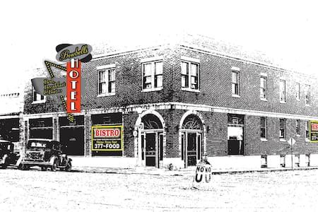 "Historical Bowbells Hotel ""The King Suite"" - Bowbells - Bed & Breakfast"