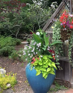 Great Gardens Near the Beaches! - Charlestown - House