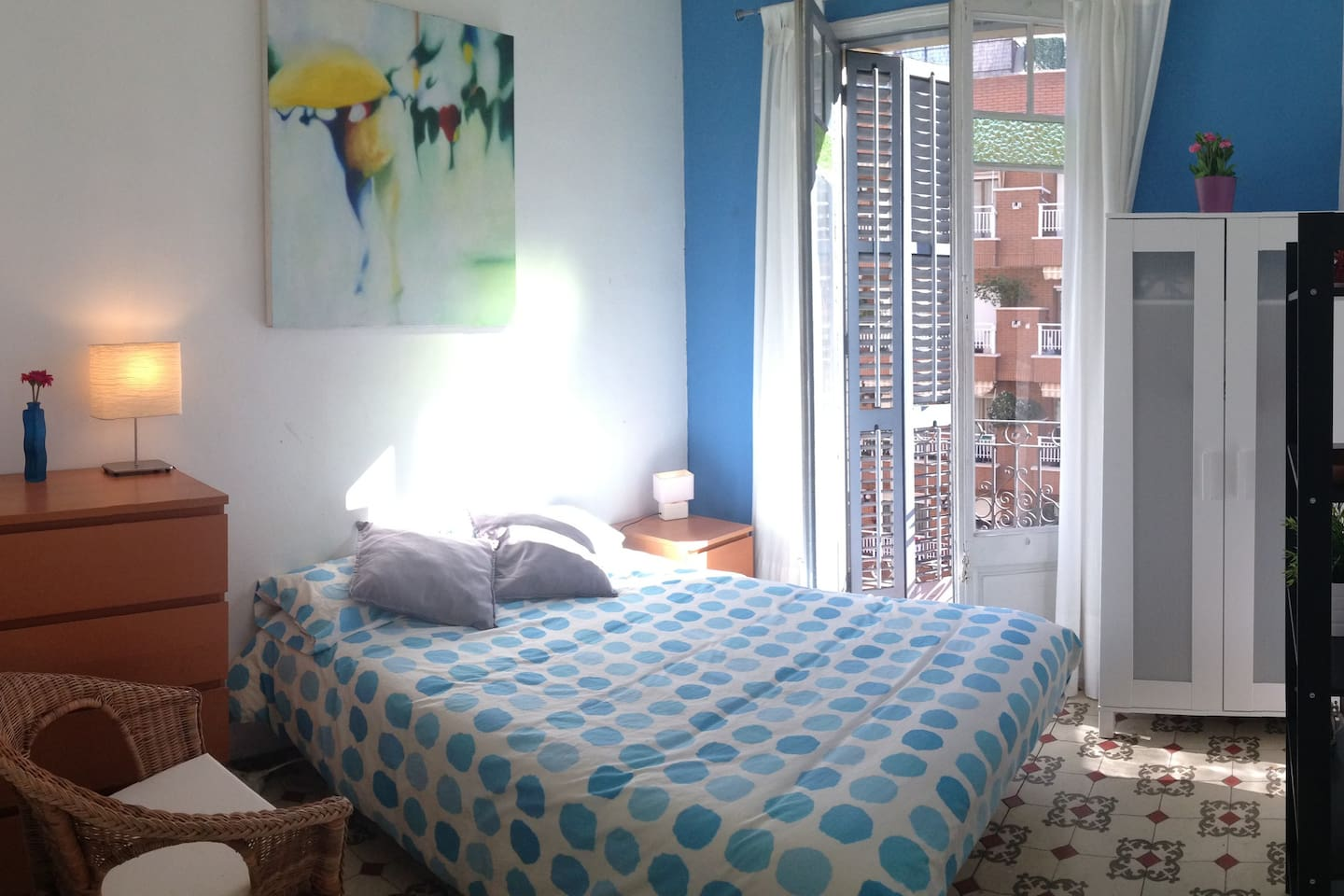 cheap room with double bed and balcony in center of Barcelona