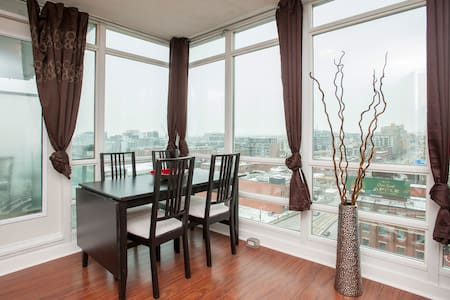 Elegant modern suite in the heart of Entertainment District and 5-min walk to CN Tower, Skydome, Convention Centre & PATH (Largest Underground Shopping Complex)  Conveniently located at Front & Spadina, my suite is your stop-over in Toronto!