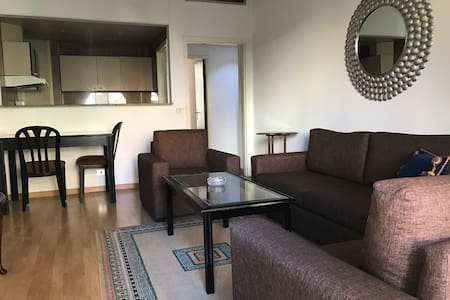 Large bedroom & Living Area, Hamra - Bejrút