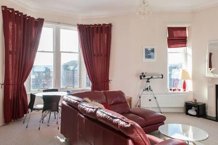 Big trad. flat nr city with great views - Glasgow - Apartment
