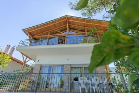 2 bedroom villa, garden and seaview - House