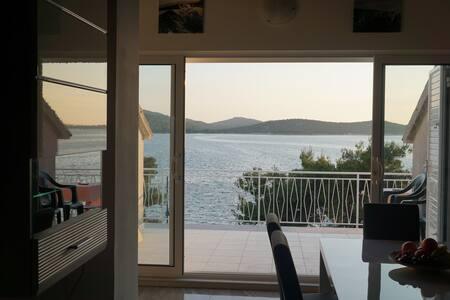 Brand new seafront summer retreat - Leilighet