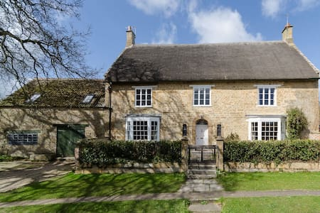 Stunning 17th C thatched farmhouse for groups - House