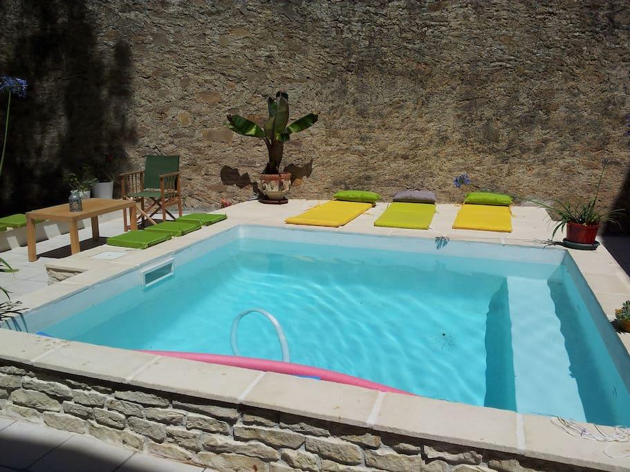 La piscine, son eau bleue, son coin Happy hour