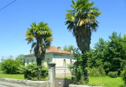 Villa het kleine kasteel Pradias bij o.a. Lourdes - Loures-Barousse