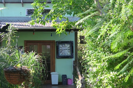 Cosy artist home in tropical garden - Highgate Hill - Haus