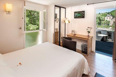 Hôtel Les 2 Rives: avec terrasse BB - Banassac