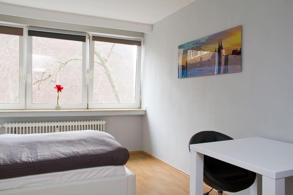 Bequemes Bett und viel Licht // Very comfortable bed and plenty of light