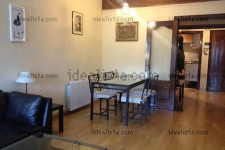 Two single rooms for rent in nice apartment near to the Mobile World Congress. The house has all comforts, is close to public transport and is located in a quiet area.